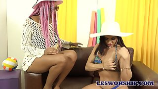 Ardent spoiled lesbian Tina Fire cannot pass by facesitting workout