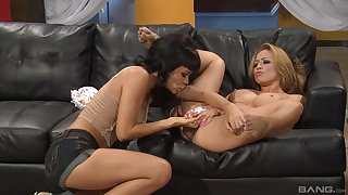 Inverted milfs Ruby Knox and Mia Lelani having sex on the couch
